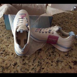 Skechers Memory Form Sneakers in Box